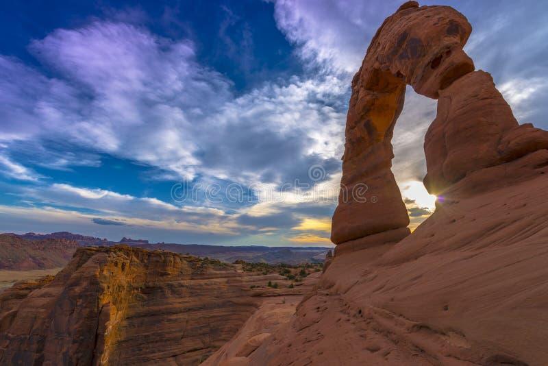 Bella vista laterale di lato sud del cielo di tramonto dell'arco delicato immagini stock libere da diritti