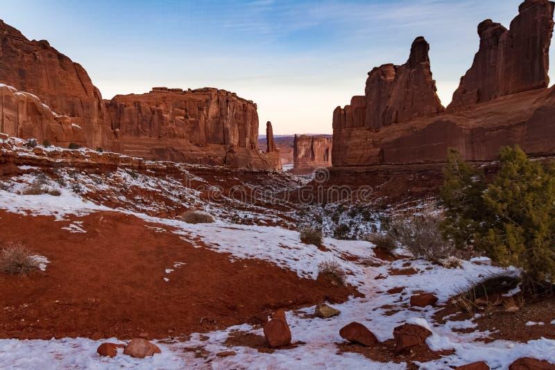 Bella vista nevosa del ` s di inverno di ` Park Avenue nel parco nazionale di arché in Moab, Utah fotografia stock libera da diritti
