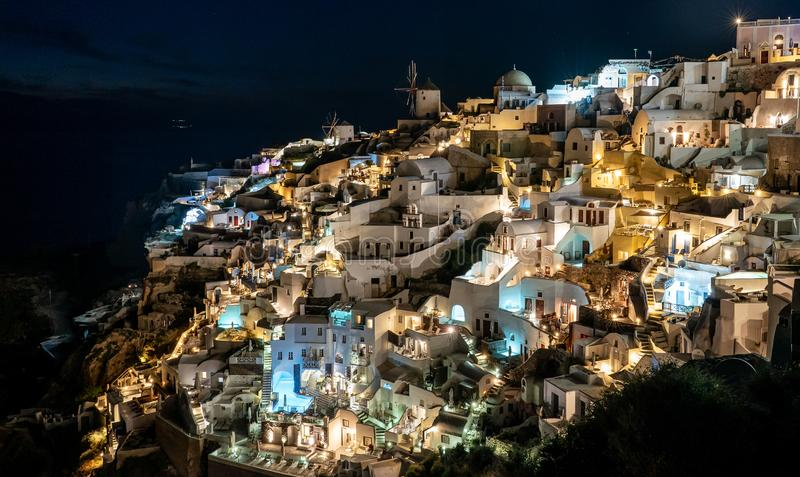Bella vista notturna nel villaggio di Oia, sull'isola di Santorini, Grecia immagini stock libere da diritti
