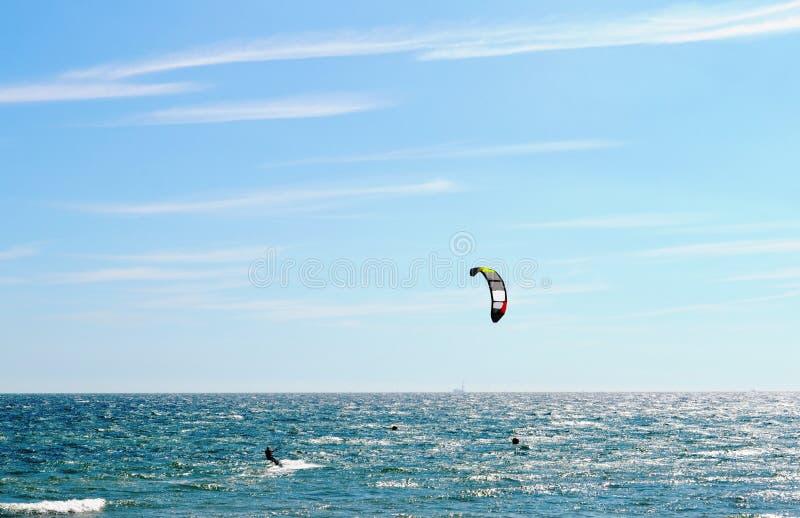 Bella vista panoramica al mare e kitesurfing a Brighton, Inghilterra fotografia stock