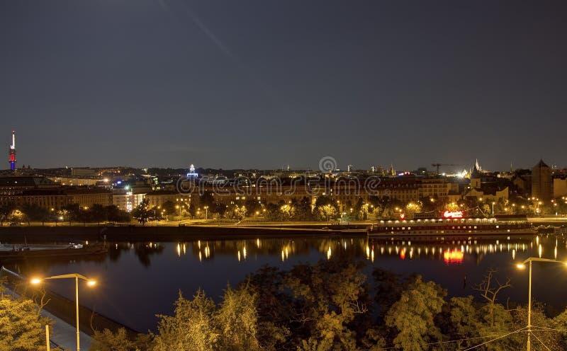 Bella vista panoramica dal parco di Letna al paesaggio urbano di Praga alla notte fotografie stock libere da diritti