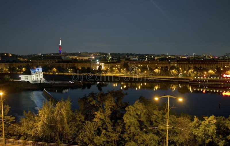 Bella vista panoramica dal parco di Letna al paesaggio urbano di Praga alla notte fotografia stock libera da diritti