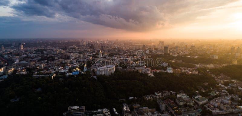 Bella vista panoramica dall'aria ad una città moderna nella foschia al tramonto Centro di Kiev, Ucraina Siluetta dell'uomo Coweri fotografia stock libera da diritti