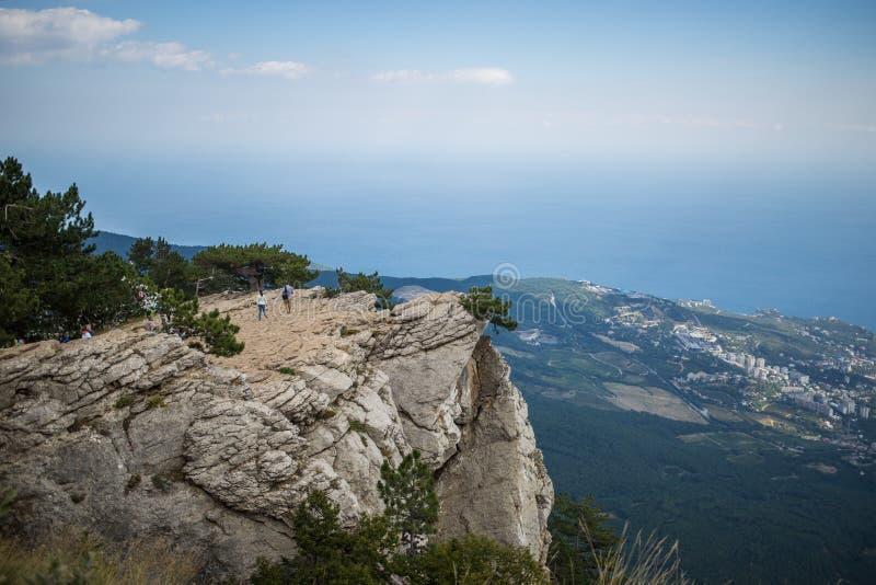 Bella vista panoramica dalla cima della montagna della Crimea Ai-Pétri sulla costa di Mar Nero immagini stock