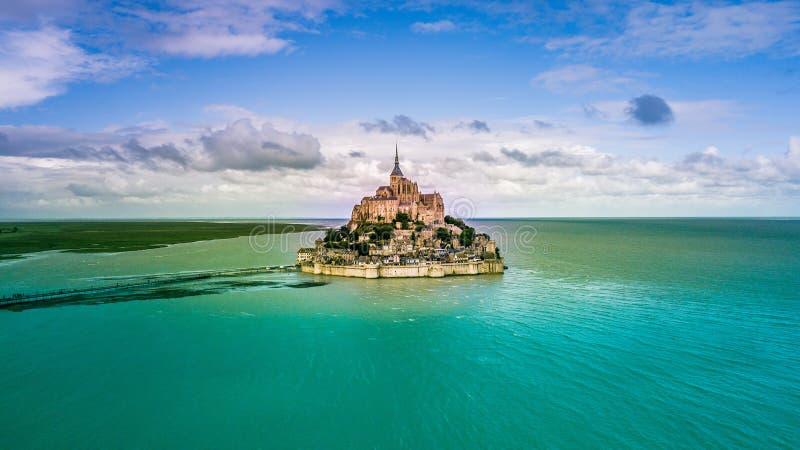 Bella vista panoramica dell'isola di marea famosa di Le Mont Saint-Michel immagine stock