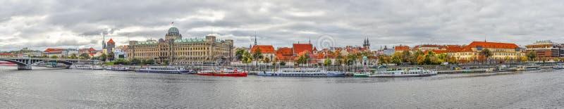 Bella vista panoramica sul fiume della Moldava, Ministero di trasporto della repubblica Ceca e vecchia chiesa di Tyn immagine stock libera da diritti