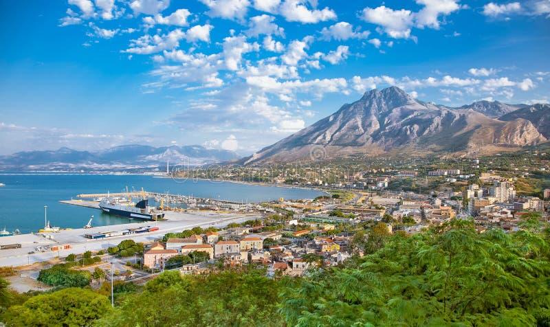Bella vista panoramica sul porto delle estremità Imerese, Sicilia fotografia stock