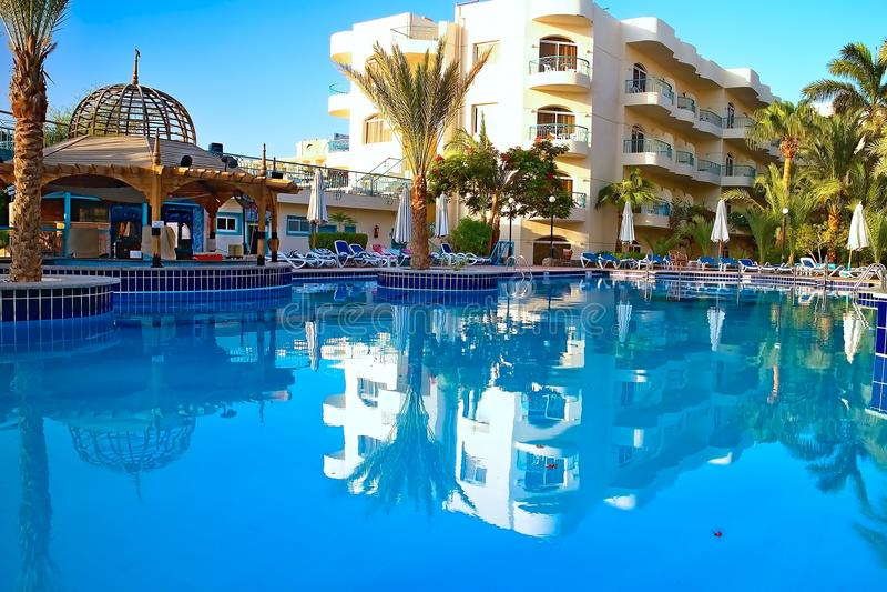 Bella Vista Resort, Hurghada - une piscine merveilleuse avec une barre de piscine parmi la station de vacances image stock
