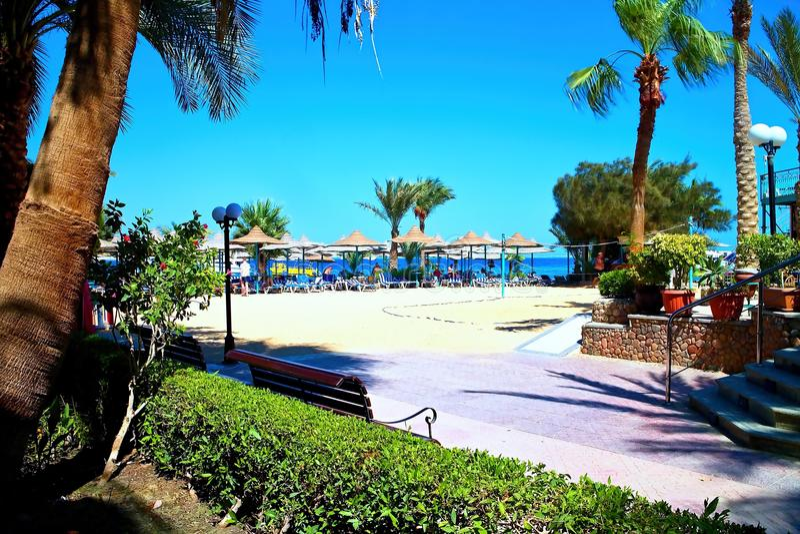 Bella Vista Resort - Strand mit heißem Sand, gutem Wetter und vielen Sonnenruhesesseln und -sonnenschirmen lizenzfreie stockfotos