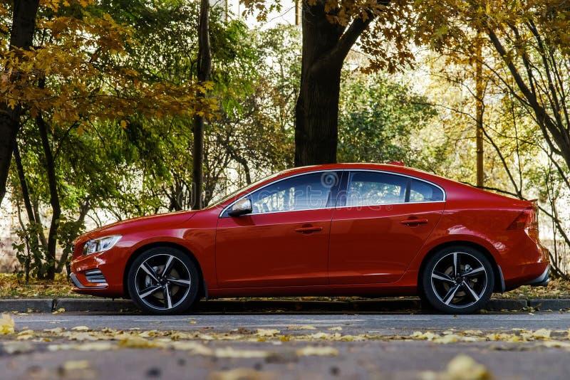 Bella vista rossa di autunno dell'automobile fotografia stock libera da diritti