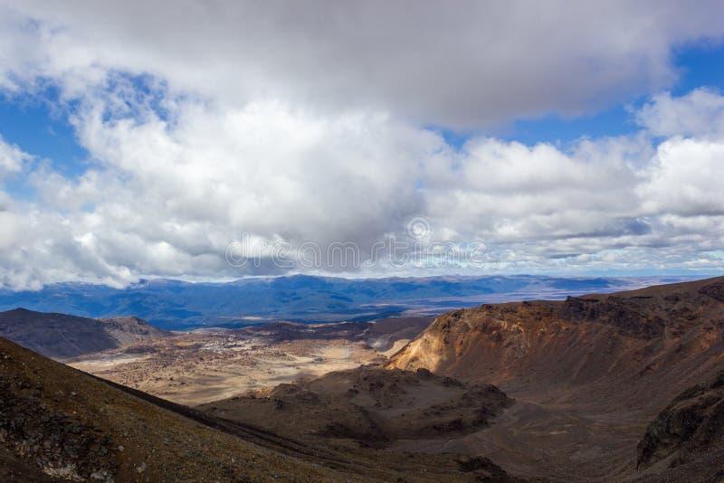 Bella vista sopra il parco nazionale di Tongariro sul percorso alpino di Tangariiro Corssing, Nuova Zelanda fotografia stock libera da diritti