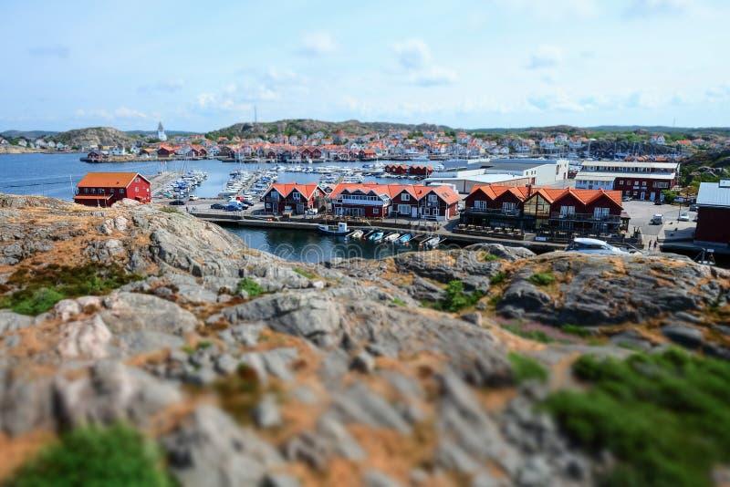 Bella vista sopra una piccola città da pesca svedese fotografia stock libera da diritti
