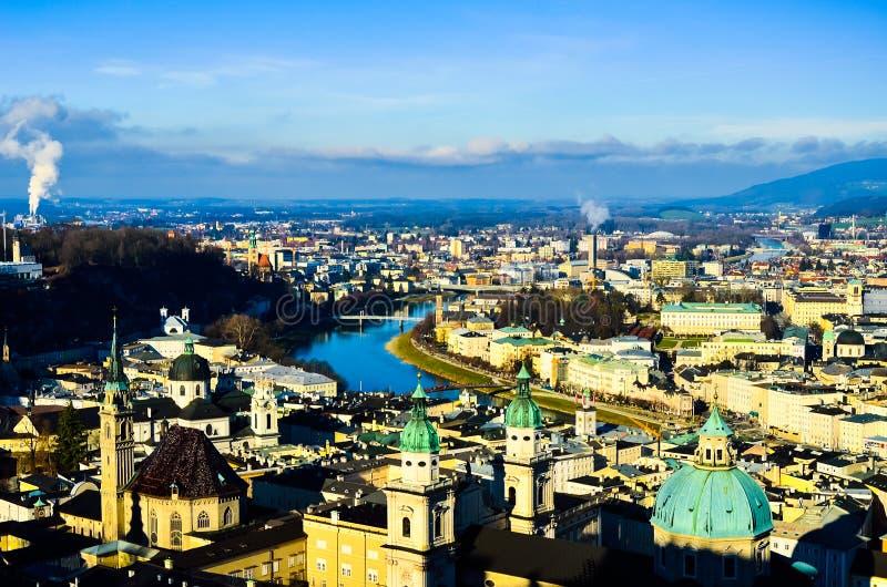 Bella vista splendida romantica di vecchia città europea medievale dalla cima della montagna immagini stock