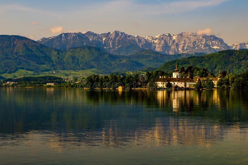 Bella vista su Schloss Orth in Gmunden fotografia stock libera da diritti