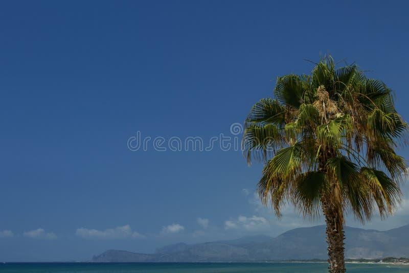 Bella vista sul mar Mediterraneo con acqua pulita e cielo blu con le nuvole Fondo immagini stock