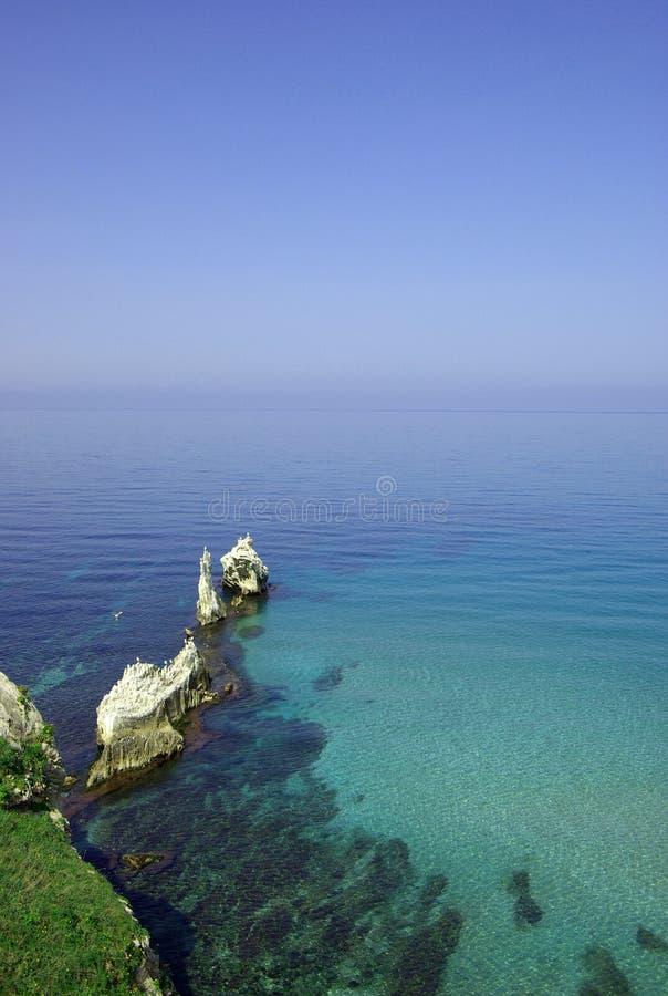 Bella vista sul mare con le rocce immagini stock