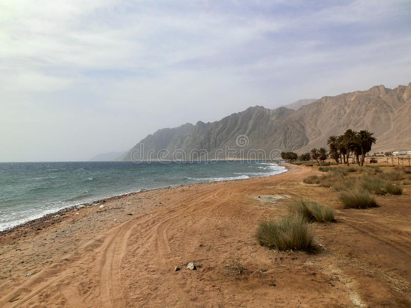 Bella vista sul mare Costa nell'Egitto con catena montuosa, Sharm El Sheikh, Mar Rosso fotografia stock libera da diritti