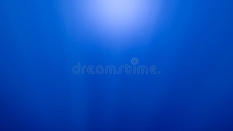 Bella vista sul mare dei raggi luminosi del sole che splendono in tutto la superficie dell'acqua fotografie stock libere da diritti