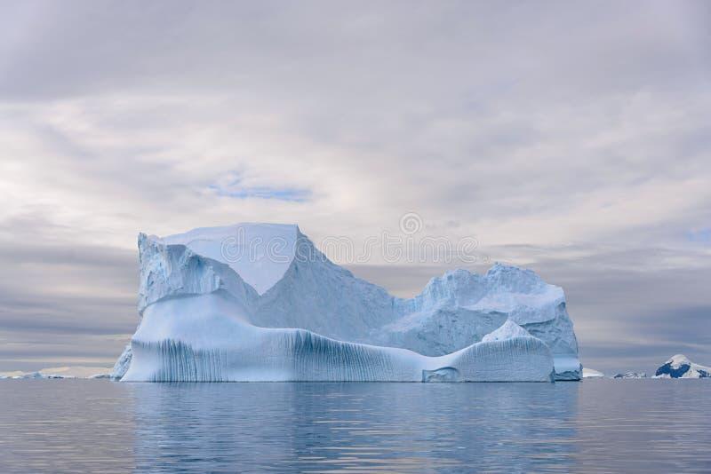 Bella vista sul mare del  di AntarctiÑ con l'iceberg fotografia stock libera da diritti
