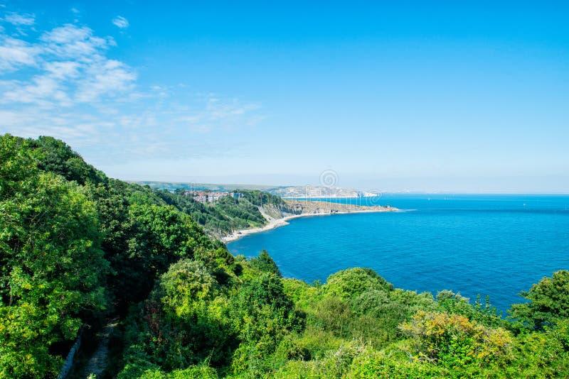 Bella vista sul mare, sulle rocce bianche e sul cielo blu Harry Rocks anziano sulla costa giurassica in Dorset Copi lo spazio immagine stock libera da diritti