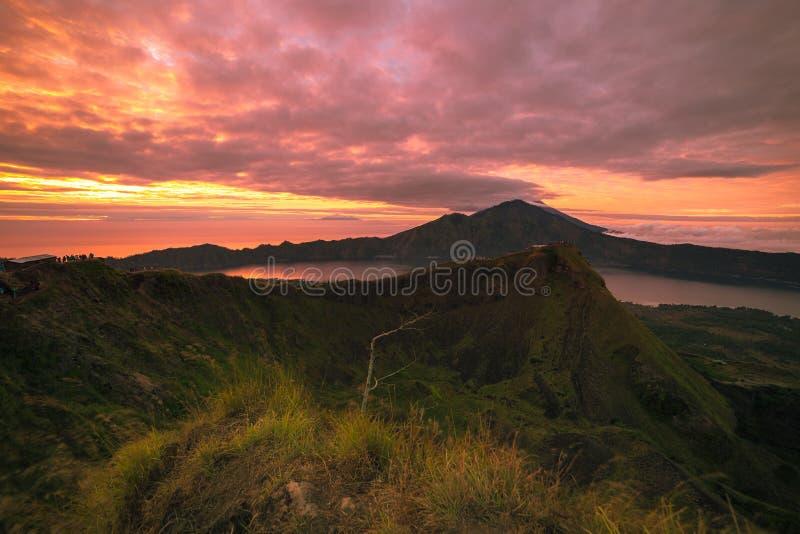 Bella vista sul vulcano e sul lago di Agung dal picco del vulcano ad alba, Bali, Indonesia di Batur fotografia stock libera da diritti