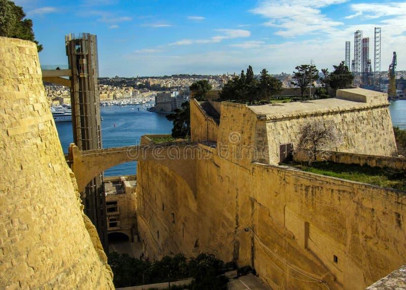 Bella vista sull'elevatore nei giardini superiori di Barrakka, città di La Valletta, Malta, Europa immagini stock libere da diritti