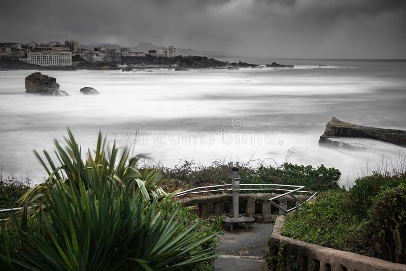 Bella vista sulla costa dell'Atlantico a Biarritz nell'esposizione lunga in tempo tempestoso, paese basco immagini stock libere da diritti