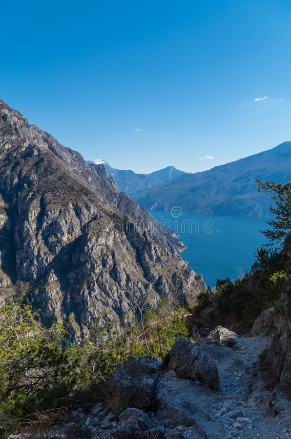 Bella vista sulla polizia del lago dalle montagne vicino a Limone, Italia fotografia stock