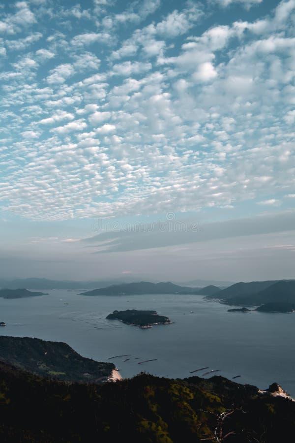 Bella vista sulle aziende agricole della perla e del cielo nuvoloso dal supporto Misen all'isola di Miyajima a Hiroshima Giappone immagine stock