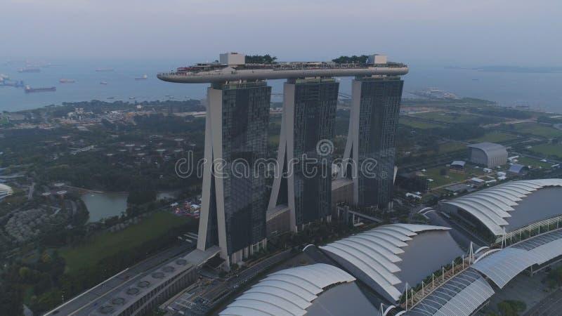 Bella vista superiore dell'hotel famoso di Singapore Marina Bay Sands colpo Tre torri dell'hotel di altezza e una piscina a immagine stock