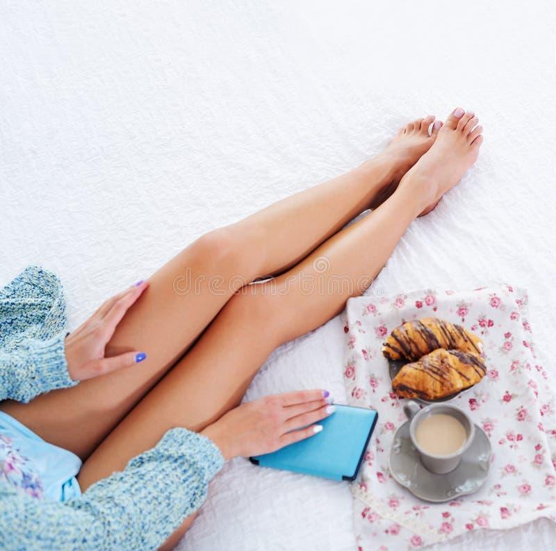 Bella vista superiore delle gambe della donna a letto fotografia stock