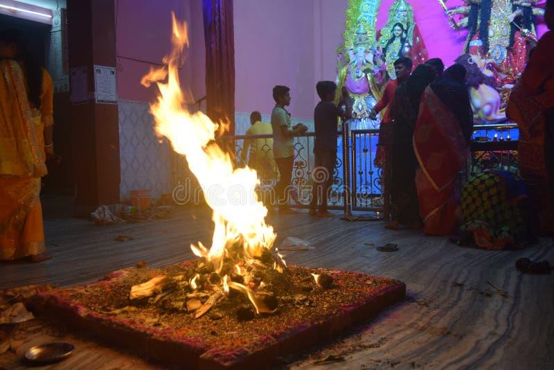 Bella vista in tempio con il kund di Agni fotografia stock libera da diritti