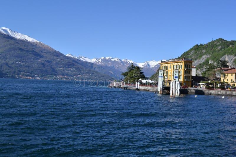 Bella visualizzazione panoramica alla porta di Varenna e lakeshore nel lago Como nel giorno soleggiato della molla in anticipo fotografia stock libera da diritti