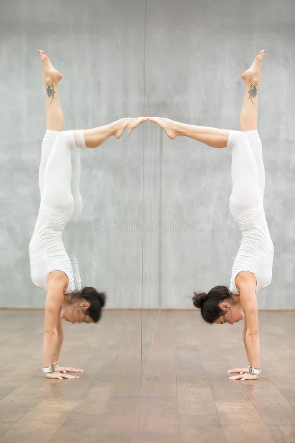 Bella yoga: donna che fa posizione di verticale immagini stock libere da diritti