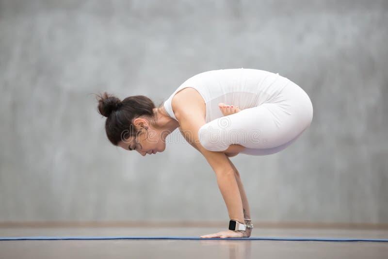 Bella yoga: Urdhva Kukkutasana fotografia stock