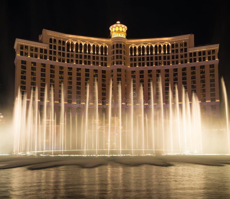 Bellagio-Erholungsortwasserbrunnenshow nachts stockbild