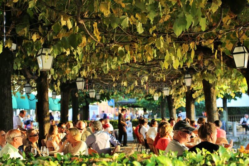 Bellagio, Italia 24 settembre 2016 Un ristorante tipico con un terrazzo vicino al lago Como fotografia stock