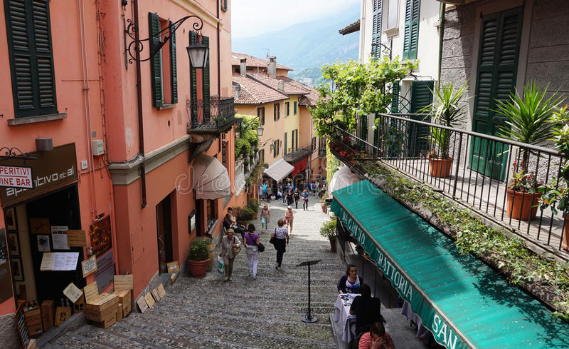 BELLAGIO, ITALIEN - 14. MAI 2017: Touristen Kleinstadt-Straßenansicht Salita Serbelloni in der malerischen in Bellagio, See Como, lizenzfreies stockfoto
