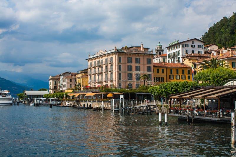 BELLAGIO NO LAGO COMO, ITÁLIA, O 15 DE JUNHO DE 2014 Vista na linha da costa de cidade de Bellagio no lago Como, Itália Cidade it fotografia de stock