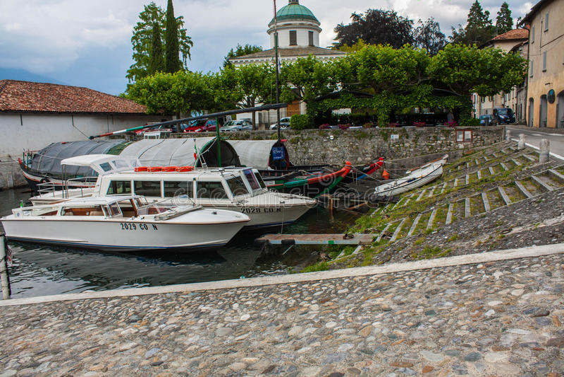 BELLAGIO OP MEER COMO, ITALIË, 15 JUNI, 2014 Bellagio stad op Meer Como, Italië Het gebied van Lombardije Boten en jachten in doc stock foto