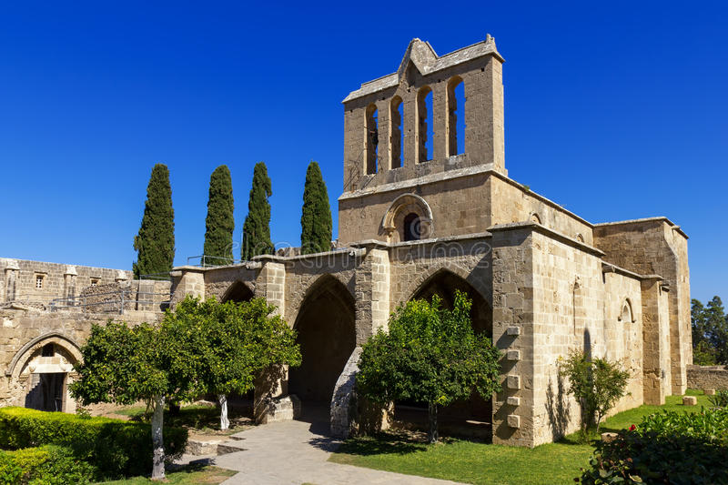 Bellapais abbotskloster nära Kyrenia, nordliga Cypern royaltyfri foto