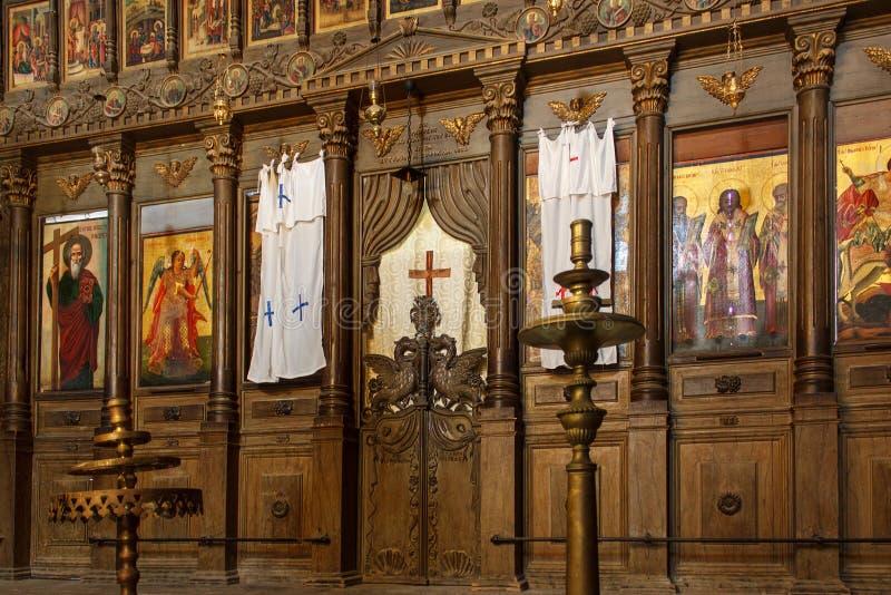 BELLAPAIS, CIPRO - 12 NOVEMBRE 2013: Iconostasi nella vecchia chiesa greco ortodossa nell'abbazia di Bellapais immagini stock libere da diritti