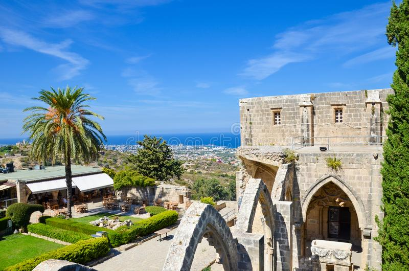 Bellapais, Cyprus - 4 Oct 2018: Verbazende mening die uit de ruïnes van middeleeuwse Bellapais-Abdij wordt genomen Mediterraan ze stock fotografie