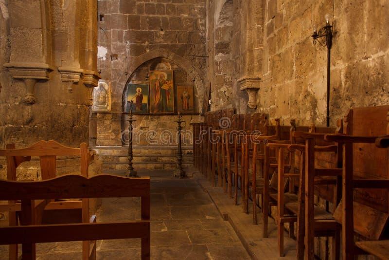 BELLAPAIS, ZYPERN - 12. NOVEMBER 2013: Der Innenraum der alten griechisch-orthodoxen Kirche in Bellapais-Abtei stockfoto