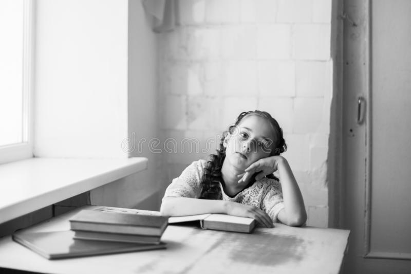 Belle écolière blonde avec des livres dans l'école photo libre de droits