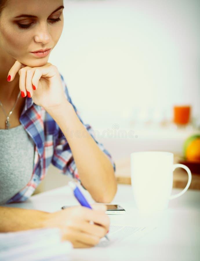 Download Belle écriture De Jeune Femme Quelque Chose Dans Son Bloc-notes Photo stock - Image du appareil, indoors: 87701100