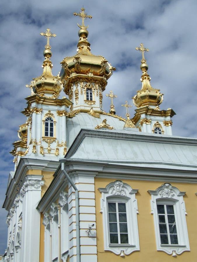 Belle église avec les dômes d'or images stock