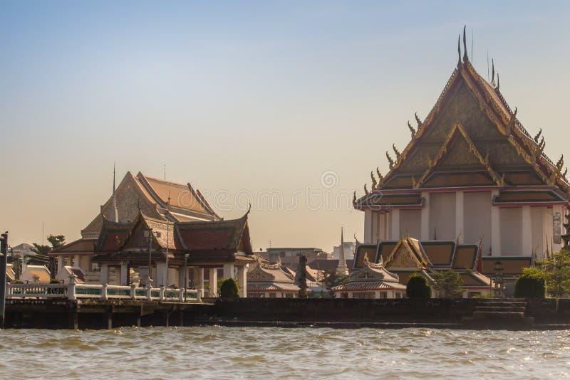 Belle église bouddhiste chez Wat Kanlayanamit, situé sur la banque de Thon Buri de Chao Phraya River, Bangkok, Thaïlande photo stock