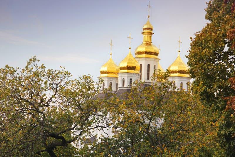 Belle église en parc Dômes d'or Automne images libres de droits