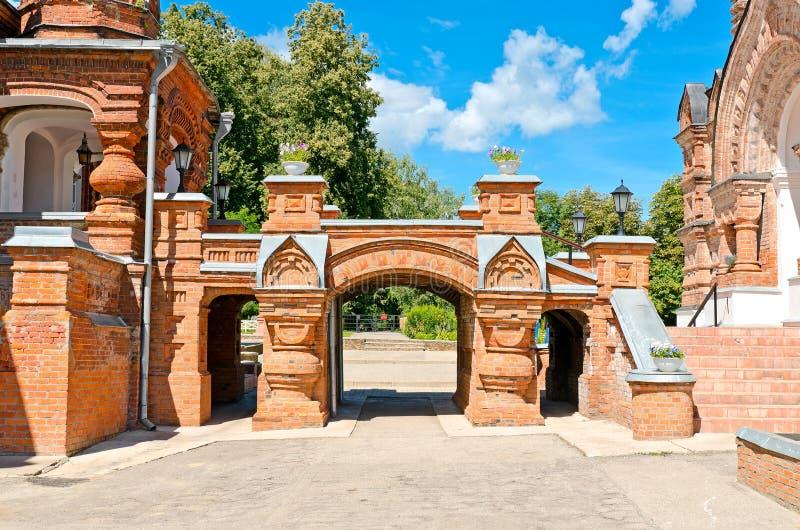 Belle église orthodoxe contre le ciel bleu image stock